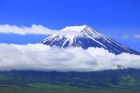 山梨県 雲上に聳える残雪の富士山