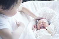 日本人の赤ちゃんと男の子