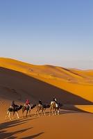 モロッコ サハラ ラクダに乗った旅行者