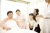 病室で夫を見舞う妻と子供/医師と看護師1