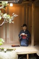 お茶を持つ着物の日本人女性