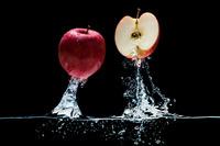 水中より飛び出したリンゴ