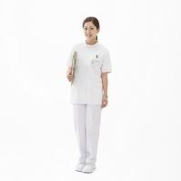 ファイルを持って立つ看護師