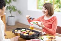 焼肉を食べる20代日本人女性