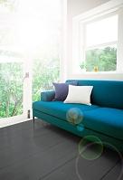 窓辺に置かれたソファー