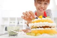 ケーキ作りをしている女性