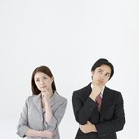 顎に手をあてる日本人ビジネスパーソン