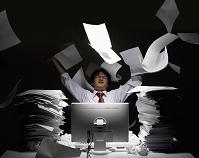 書類を投げる男性