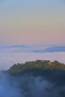 岡山県 朝日を受ける備中松山城と雲海の山並み