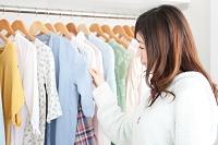 クローゼットで洋服を選ぶ日本人女性