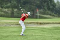 男子ゴルフ選手のアイアンショット(後ろ姿)
