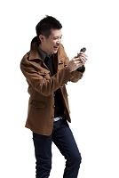 スマートフォンをみている男性