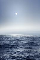 カナダ 太陽光が反射する海