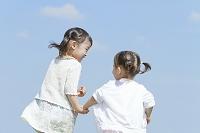 手を繋いで散歩する姉妹