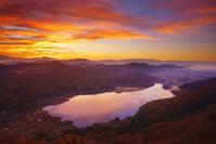 長野県 大町市 小熊山 朝焼けの木崎湖と浅間山などの山並み