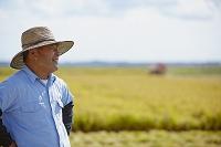 田園に立つ農夫