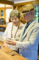 商品を手に取る日本人シニア夫婦