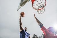 シュートしようとするバスケットボール選手