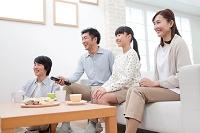 テレビを見て団らんする日本人家族