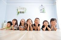 床に寝そべる日本人の子供達