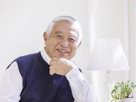 微笑むシニアの日本人男性