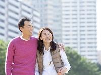 寄り添う日本人夫婦