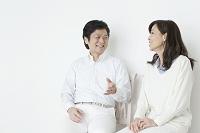 椅子に座って語り合うシニア世代の夫婦