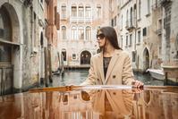 ヴェネツィア観光をする女性