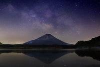 山梨県 未明の空に昇る天の川と精進湖に映る逆さ富士