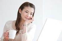 ノートパソコンを見ているビジネスウーマン