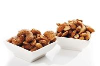 白い器に盛られたカシューナッツ