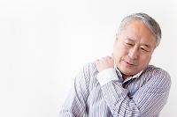 肩をほぐすシニア日本人男性