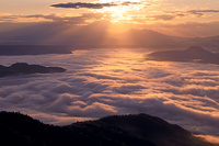 北海道 津別峠から雲海の屈斜路湖の朝の光