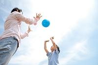 ボールで遊ぶ日本人親子
