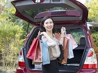 ショッピングバッグを持つ40代の日本人女性