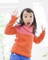 驚き顔の日本人の女の子