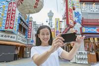 新世界で自撮りをする日本人女性