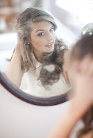 鏡を見る外国人女性