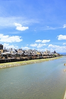京都府 四条大橋から見る鴨川納涼床と夏空
