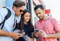 スマートフォンを操作する外国人旅行者