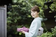 風呂敷包みを持った着物の日本人女性
