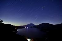 山梨県 本栖湖と星光跡と富士山