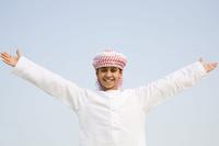 手を広げるイスラム教の男の子