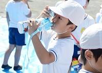 子供の成長 男の子(5才) 熱中症にならないように水分補給をする