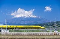静岡県 ドクターイエローと富士山