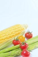プチトマトとグリーンアスパラとトウモロコシ