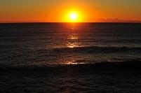 朝陽に輝く海