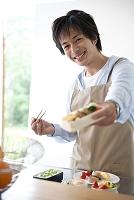 お弁当を作る男性