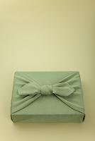 若草色の風呂敷包