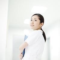 振り返る看護師